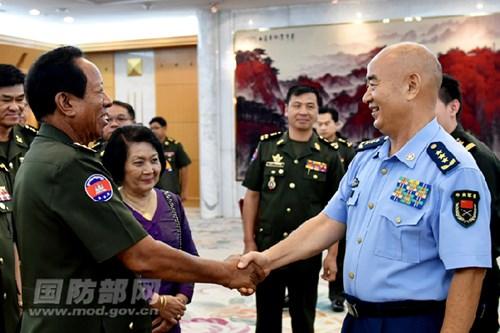 Ông Hứa Kỳ Lượng, Phó Chủ tịch Quân ủy trung ương Trung Quốc tiếp Bộ trưởng Quốc phòng Campuchia. Ảnh: MOV.