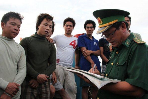 Cơ quan chức năng cùng các ngư dân ghi lại sự việc bị tông chìm tàu - Ảnh: Trần Mai