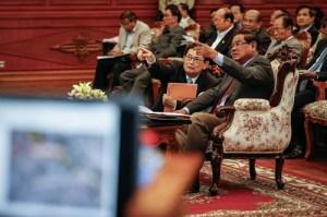 Trưởng ban Biên giới Chính phủ Campuchia Var Kim Hong (trái) và Bộ trưởng Nội vụ nước này, ông Sar Kheng trong cuộc họp ngày hôm qua. Ảnh: The Cambodia Daily.