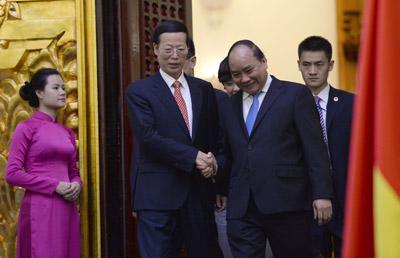 Phó thủ tướng Trung Quốc, Trương Cao Lệ, bắt tay với phó thủ tướng CSVN Nguyễn Xuân Phúc sau cuộc họp ở Hà Nội ngày 16/7/2015. (Hình: HOANG DINH NAM/AFP/Getty Images)