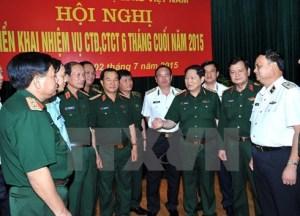 Thượng tướng Ngô Xuân Lịch và đại biểu trao đổi bên lề hội nghị. Ảnh: TTXVN