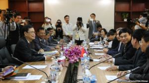 Đoàn đại diện Việt Nam và Campuchia trong buổi họp về vấn đề biên giới giữa hai nước tại Phnom Penh hôm 7/7/2015