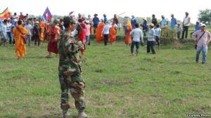Hàng trăm người Việt và Campuchia đã 'va chạm' trên biên giới hai nước hôm 28/6/2015. Hàng trăm người Việt và Campuchia đã 'va chạm' trên biên giới hai nước hôm 28/6/2015