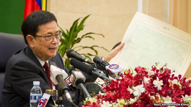 Bộ trưởng đặc trách Biên giới vụ của Campuchia Var Kimhong cầm bản đồ một khu vực gần biên giới Campuchia-Việt Nam trong cuộc họp báo ngày 2/7/2015. (Neou Vannarin/VOA Khmer)