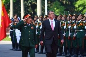 Đại tướng Phùng Quang Thanh, Bộ trưởng Quốc phòng (trái) và Bộ trưởng Quốc phòng Mỹ Ashton Carter trong lễ duyệt đội danh dự nhân dịp ông  Ashton Carter   thăm chính thức Việt Nam vào tháng 6.2015 - Ảnh: Trường Sơn