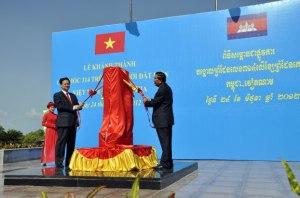 Thủ tướng Việt Nam Nguyễn Tấn Dũng và Thủ tướng Campuchia Hun Sen trong lễ khánh thành cột mốc biên giới 314 hồi 8/9/2014.