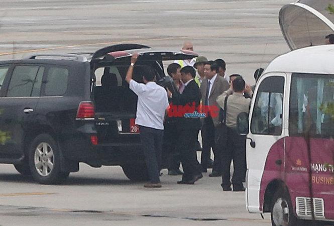 Đại tướng Phùng Quang Thanh, mặc complet màu nhạt chuẩn bị lên xe - Ảnh VIỆT DŨNG