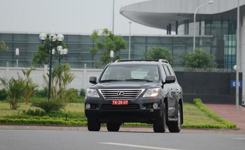 Xe chở Bộ trưởng Phùng Quang Thanh rời khỏi sân bay Nội Bài - Ảnh: Ngọc Thắng