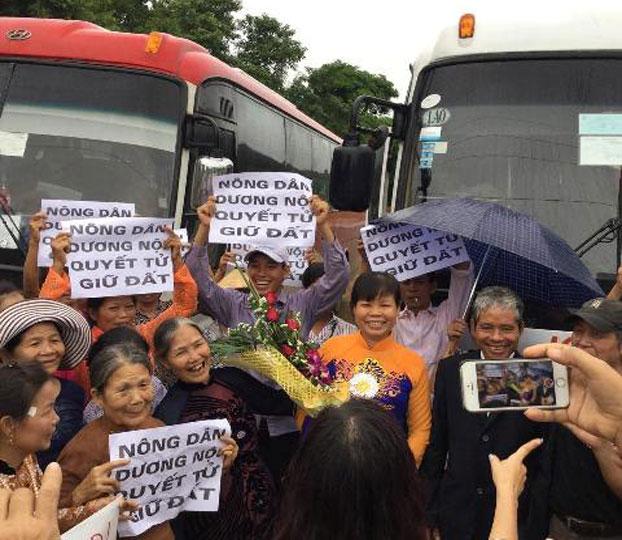 Gia đình, người dân Dương Nội, quận Hà Đông và một số nhà hoạt động tại khu vực miền bắc đã đến trại 5, Yên Định, Thanh Hóa đón bà Cấn Thị Thêu hôm 24/7/2015.