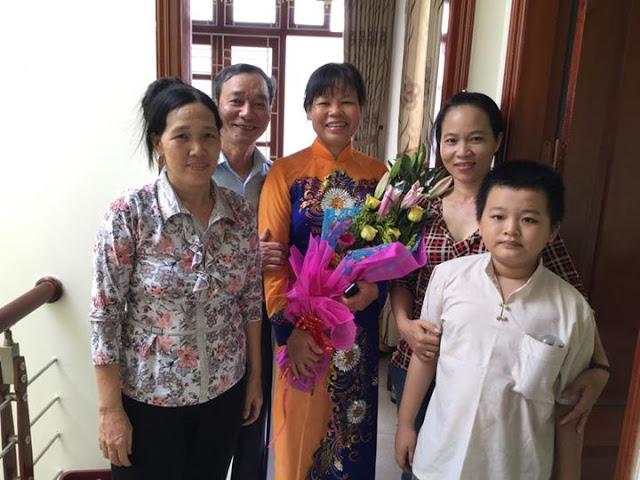 Tác giả và gia đình tặng hoa chị Cấn Thị Thêu