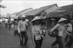 Dân chúng tản cư  trong cuộc chiến tranh biên giới Việt Nam – Cambodia năm 1978. (Hình:  Jean-Claude LABBE/Gamma-Rapho via Getty Images)