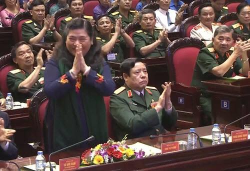 Phó chủ tịch Quốc hội Tòng Thị Phóng và Bộ trưởng Phùng Quang Thanh (thứ hai bên phải) tham dự chương trình. Ảnh: Quang Dũng.