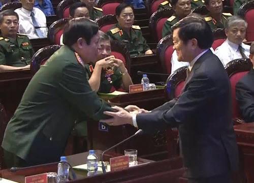 Chủ tịch nước Trương Tấn Sang bắt tay Bộ trưởng Phùng Quang Thanh. Ảnh: Quang Dũng.