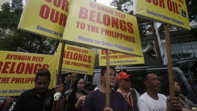 Những người biểu tình tuần hành với biểu ngữ tới trước Lãnh sự quán Trung Quốc tại khu tài chính của Makati, phía đông thành phố Manila, ngày 24/7/2015