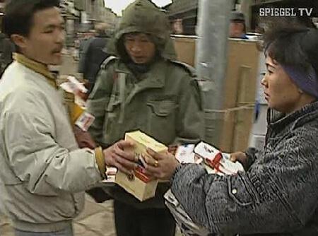 Người Việt bán thuốc lá lậu tại Đức - NGUỒN: SPIEGEL TV