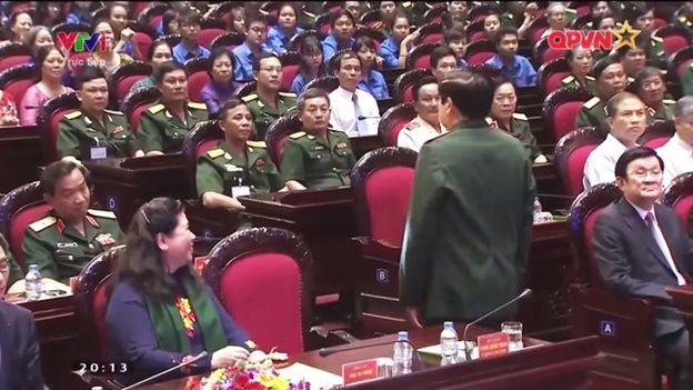 Hàng trăm đại biểu đổ dồn con mắt về Bộ trưởng Quốc phòng sau nhiều tuần đọc tin đồn trên mạng