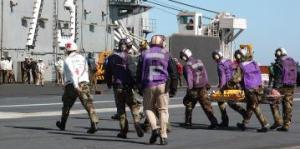 Các quân nhân của hàng không mẫu hạm USS George Washington cứu các nạn nhân từ tàu đánh cá bị cháy. wikipedia