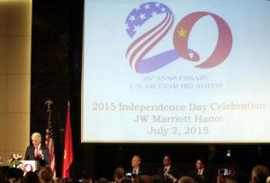 Cựu Tổng Thống Bill Clinton, diễn giả danh dự trong buổi tiệc ở khách sạn JW Marriot Hà Nội, hôm Thứ Năm 2 tháng 7,  mừng 239 năm ngày Hoa Kỳ  độc lập và 20 năm Hoa Kỳ tái lập quan hệ bình thường với Việt Nam. (Hình: AP/Trần Văn Minh)