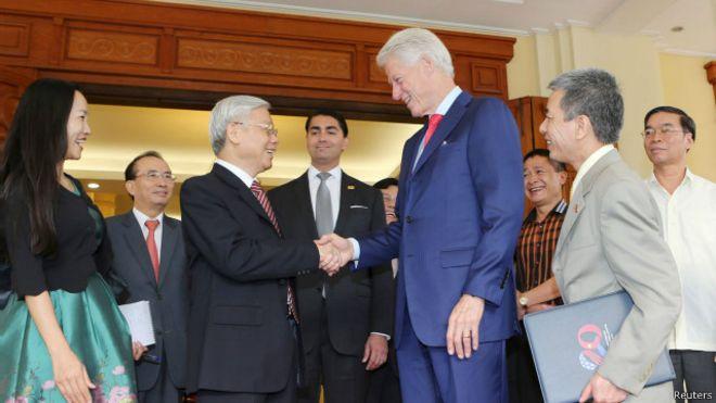 Tổng bí thư ĐCSVN, ông Nguyễn Phú Trọng tiếp cựu Tổng thống Mỹ Bill Clinton tại trụ sở văn phòng Trung ương ĐCSVN hôm 02/7/2015.