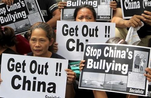 Người dân Philippines biểu tình phản đối Trung Quốc bành trướng Biển Đông. Ảnh: Reuters.