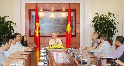 Tổng Bí thư Nguyễn Phú Trọng tiếp và trả lời phỏng vấn các hãng thông tấn, báo chí Hoa Kỳ: AP (Associated Press), Bloomberg News và Wall Street Journal  - Dow Jones. Ảnh: TTXVN