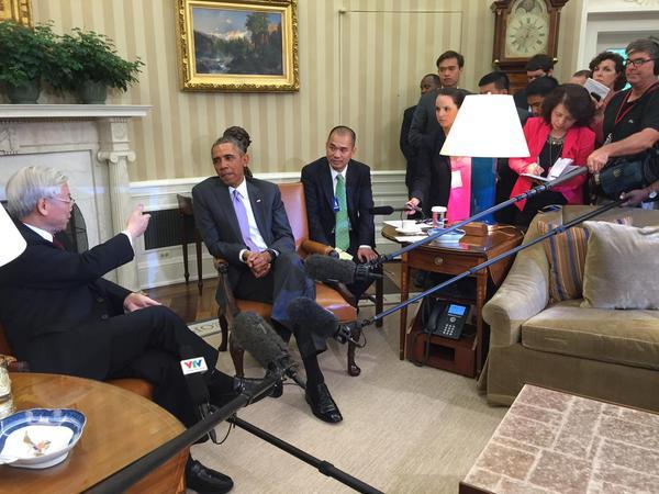 Hình chụp của phóng viên Reuters cho thấy Tổng thống Barack Obama và Tổng Bí thư Nguyễn Phú Trọng tại Phòng Bầu Dục ở Toà Bạch Ốc.