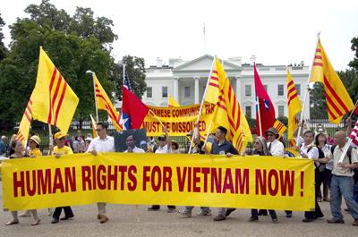 Ðồng hương Việt Nam biểu tình trước Tòa Bạch Ốc chống ông Nguyễn Phú Trọng, tổng bí thư đảng CSVN. (Hình: Mladen Antonov/AFP/Getty Images)