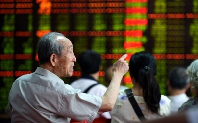 """Trong một dấu hiệu của sự """"tuyệt vọng"""" chưa từng có tiền lệ, toàn bộ 3 chỉ số tương lai của thị trường chứng khoán Trung Quốc cùng sụt giảm kịch sàn biên độ 10% - Ảnh: Bloomberg."""