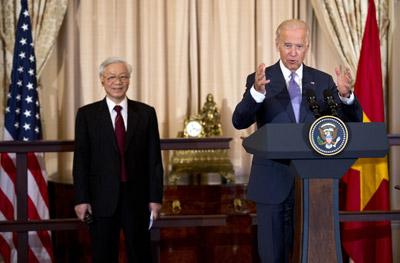 Phó tổng thống Mỹ Joe Biden phát biểu trong khi ông tổng bí thư đảng CSVN Nguyễn Phú Trọng đứng nghe nhân dịp ông Trọng được đãi bữa ăn trưa ở Bộ Ngoại Giao Hoa Kỳ hôm Thứ Ba 7/7/2015. (Hình: AP Photo/ Manuel Balce Ceneta)