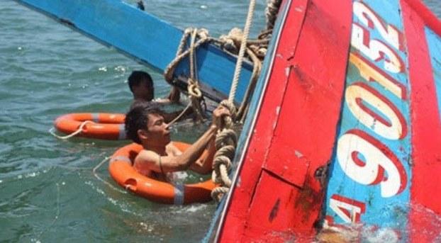 Chi đội Kiểm ngư số 3 tại Đà Nẵng trục vớt tàu Đna-90152 bị tàu Trung Quốc đâm chìm tháng 6, 2014