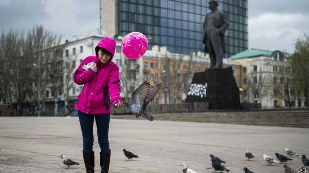 Lê-nin được dựng tượng ở nhiều nơi tại các nước thuộc khối xã hội chủ nghĩa trước đây. Trong hình là bức tượng đặt tại Quảng trường Lê-nin ở Donest, đông Ukraine