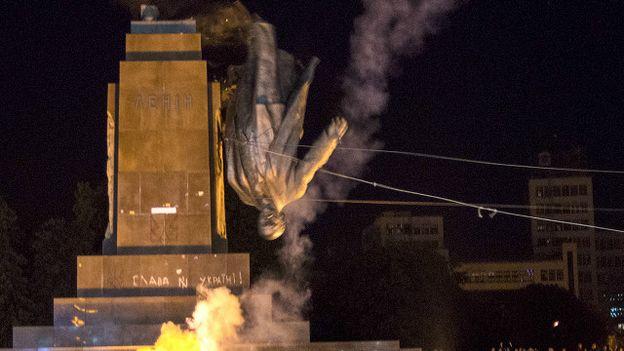 Tuy nhiên, tượng Lê-nin cũng bị giật đổ ở nhiều nơi