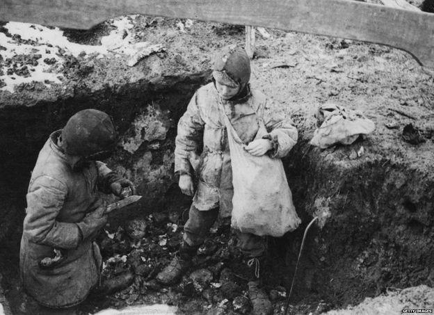 Trẻ em kiếm khoai tây ngoài đồng để ăn thời kỳ Nạn đói Ukraine, 1934