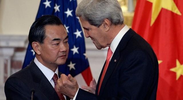 Ngoại trưởng Mỹ John Kerry và Ngoại trưởng Trung Quốc Vương Nghị họp mặt bên lề hội nghị ARF. Ảnh: Reuters
