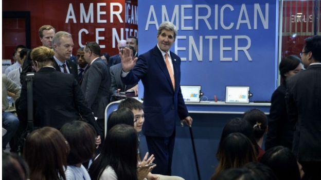 Ngoại trưởng Hoa Kỳ John Kerry trong cuộc gặp với các sinh viên và doanh nhân Việt Nam ở Trung tâm Hoa Kỳ, Hà Nội