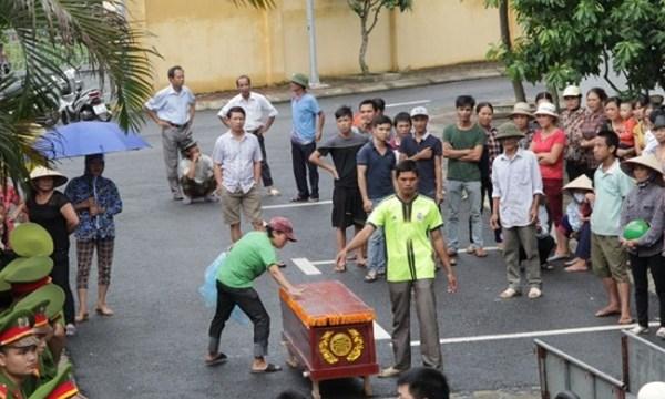 Người nhà anh Nguyễn Quảng Trường yêu cầu khám nghiệm tử thi. Ảnh: báo MTG
