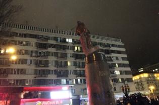 Tượng Lenin ở Kiev, Ukraine, bị kéo đổ hôm 8 Tháng Mười Hai, 2013. (Hình: Anatoli Boiko/AFP/Getty Images)