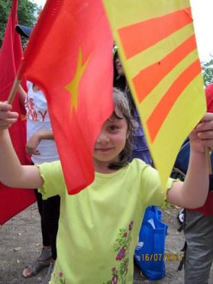 Nước Đức có 2 cộng đồng? (Ảnh em bé cầm 2 cờ trong cuộc biểu tình chống TQ ở Frankfurt hôm 5/6/2011
