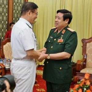 Đại tướng Phùng Quang Thanh bắt tay Thượng tướng Tôn Kiến Quốc