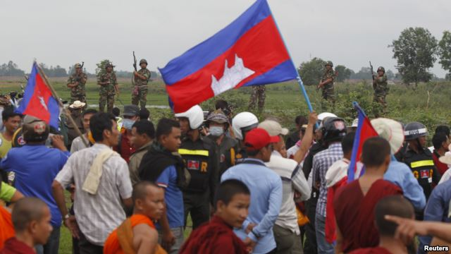 Binh sĩ Campuchia canh gác trong lúc các ủng hộ viên đảng Cứu nguy Dân tộc Campuchia (CNRP) đến sát biên giới Campuchia-Việt Nam