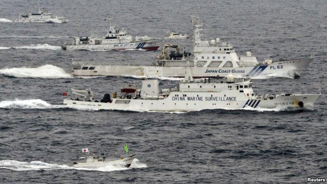 Một cuộc đối đầu của tàu hải giám Trung Quốc và Nhật Bản ở biển Hoa Đông năm 2013. Quân đội Trung Quốc cũng cảnh báo nguy cơ xảy ra bất ổn và chiến tranh trên vùng biển tranh chấp với Nhật Bản này