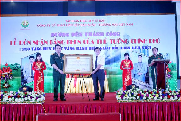 Ảnh: Chủ tịch HĐQT Lê Xuân Hà vinh dự nhận Bằng khen của Thủ tướng trao tặng Công ty