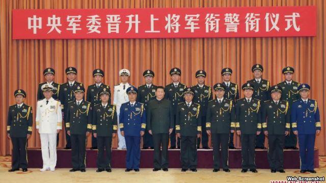 Chủ tịch Trung Quốc Tập Cận Bình chụp ảnh với các sĩ quan quân đội tại Bắc Kinh. (Ảnh chụp từ trang web của Xinhua)