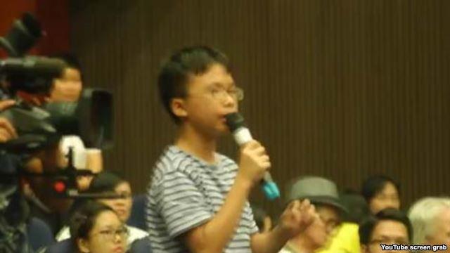 Em Vũ Thạch Tường Minh phát biểu trong buổi hội thảo ra mắt sách Văn và Tiếng Việt lớp 6 của nhóm Cánh Buồm tại Hà Nội hôm 12/8. (Ảnh chụp từ clip trên youTube).