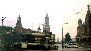 Ảnh: Một chiếc xe tăng T-80 đứng trước Quảng trường Đỏ, đằng sau là Tháp Nabatnaya của Điện Kremlin. Nguồn: Wikimedia Commons.