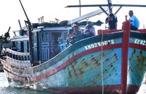 Các ngư dân tàu KH 92396 vẫn chưa hết lo sợ sau chuyến đi biển kinh hoàng. Ảnh: ab