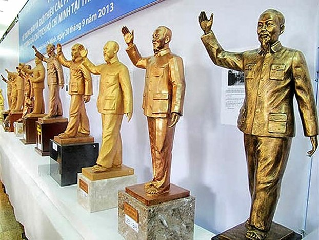 32 mẫu phác thảo tượng đài Hồ Chí Minh được trưng bày từ năm 2013 tại UBND TPHCM. Ảnh: Báo NLĐ