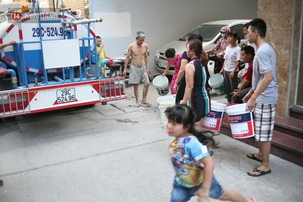 Khi xe téc chở nước sạch miễn phí được đưa tới...