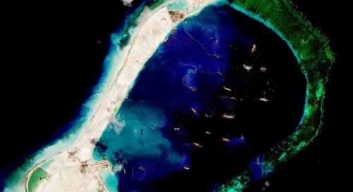 Tàu Trung Quốc đang bồi đắp đảo nhân tạo và khơi luồng trái phép ở đá Subi. Hoạt động cải tạo đảo nhân tạo trái phép của Trung Quốc ở Biển Đông đang được xúc tiến với cấp độ lớn chưa từng có.