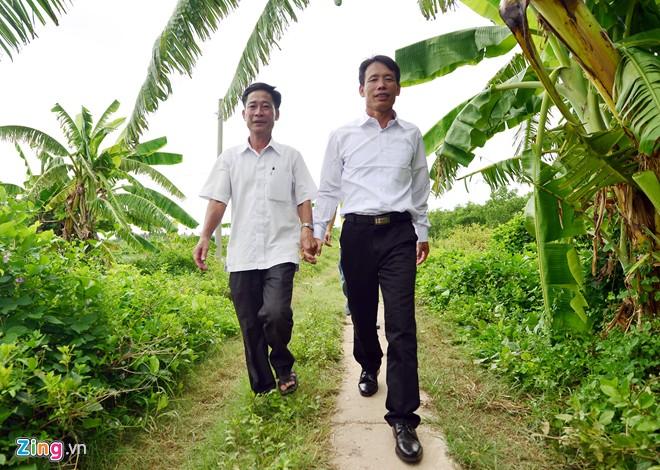 14h, người nông dân lại được đi trên mảnh vườn tại quê nhà. Ra đón từ đầu ngõ là những người bạn thân thiết cùng sinh hoạt trong Liên chi Hội nuôi trồng thủy sản Tiên Lãng. Họ đã chờ ông từ tinh mơ.